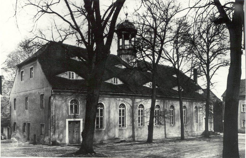 Der Kirchensaal in Kleinwelka, erbaut 1757/58. Links der Eingang der Frauen, rechts der Eingang für die Männer. Der Dachreiter wurde sechs Jahre nach der Einweihung, im Februar 1764, aufgesetzt. Foto aus dem Jahr 1962. (Sorbisches Kulturarchiv Bautzen.)